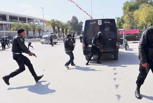 Miembros de las fuerzas de Seguridad tunecinas toman posiciones en las proximidades del Parlamento en Túnez, este 18 de marzo, ante un ataque terrorista que dejó una veintena de muertos.
