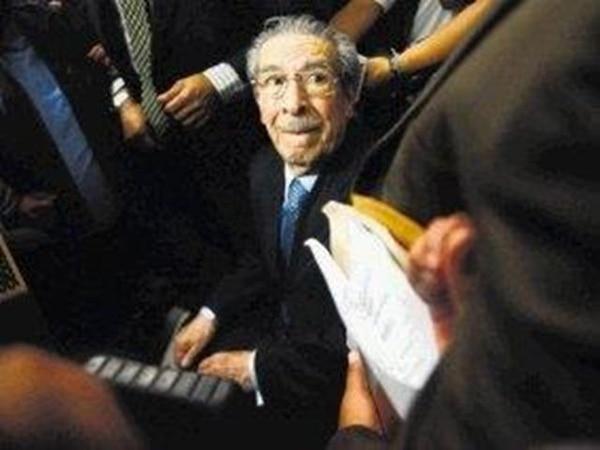 El exdictador Efraín Ríos Montt, de 86 años, se mantuvo tranquilo durante la lectura de la sentencia. Decenas de periodistas lo rodearon antes de que fuese llevado a prisión.   AFP.