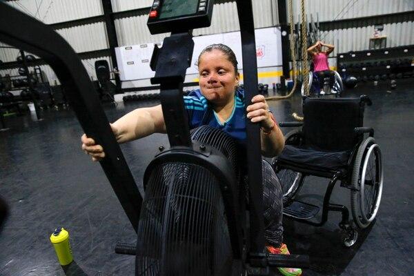 Cindy Borraz entrenó por vario tiempo en un gimnasio convencional donde recibía algún apoyo del entrenador de turno; sin embargo, en octubre decidió hacer CrossFit Adaptado. Ella dice que le gustaría competir en algún momento. Fotografía: Mayela López.