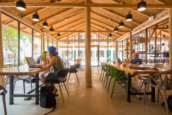 Sala de coworking en playa Santa Teresa, espacio adaptado para teletrabajadores remotos que se alojan en Hotel Selina. Fotos cortesía para LN