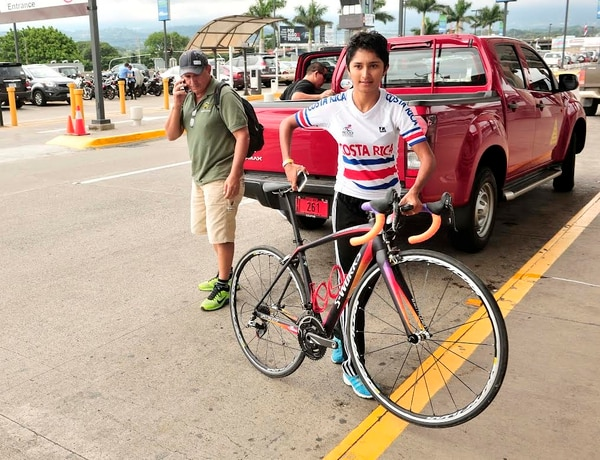 Milagro Mena alistó lo más importante para los Juegos Olímpicos: su bicicleta. La tica viajó este jueves en la tarde hacia Brasil.