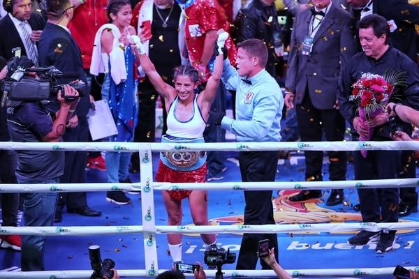 Yocasta Valle levanta las manos victoriosas luego de la victoria sobre Carleans Rivas de Filipinas, el sábado por la noche. Fotografía: John Durán