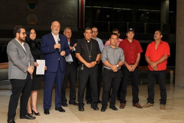 Quírico Alpízar (a la derecha de Rodolfo Piza) pidió disculpas a la población por los bloqueos. Foto: Julieth Méndez_