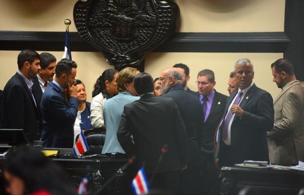 03/10/2018. Hora 9:00 a.m.Sesión extraordinaria de los diputados en la Asamblea Legislativa en Cuesta de Moras, San José. Ultimo día de discusión de mociones del Plan Fiscal.En la foto los diputados en reunión de fracción. CARLOS GONZALEZ/AGENCIA OJOPOROJO.