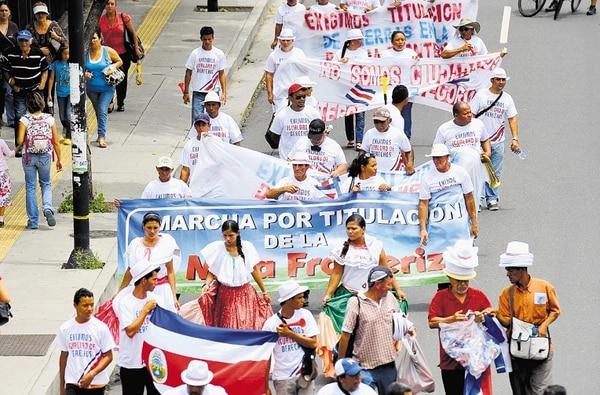 Vecinos de Paso Canoas marcharon ayer desde La Sabana, donde durmieron la noche del lunes, hasta el Congreso. Entre ellos, iba Arnulfo Elizondo, en muletas