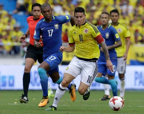James Rodríguez maneja la pelota ante la marca de Fernandinho en el juego de Colombia ante Brasil.