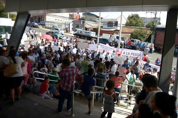 Pescadores y otro tipo de trabajadores como rederos y peladoras de camarón, provenientes de Puntarenas, se manifestaron este lunes frente a la Sala Cosntitucional. Se hicieron acompañar de una cimarrona. Fotografía: Alejandro Gamboa Madrigal.