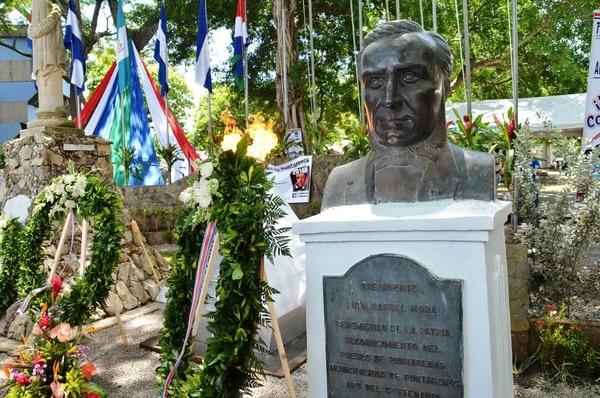 El parque Mora y Cañas en barrio El Carmen de Puntarenas estuvo muy visitado hoy con motivo del aniversario del fusilamiento que se registró en esa provincia en 1860.