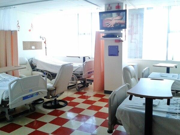 Miembros de la Fundación Daniel y autoridades del hospital México inauguraron dos salones especiales para los adolescente con cáncer.