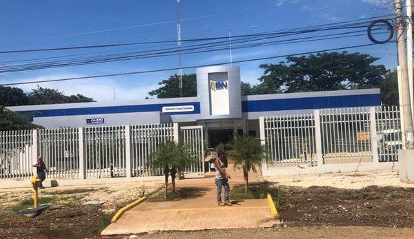 Los asaltantes amenazaron a clientes y personal del banco a quienes despojaron del dinero y escaparon con rumbo desconocido. Foto: Cortesía Guana/Noticias.