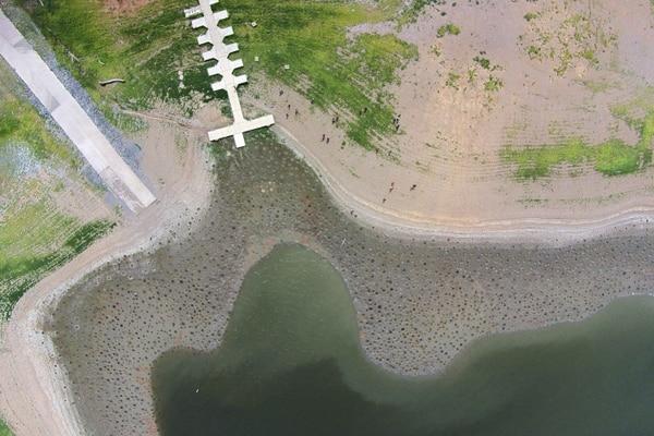 Muelle muy por encima de la línea de flotación del embalse de La Plata en Toa Alta, Puerto Rico.