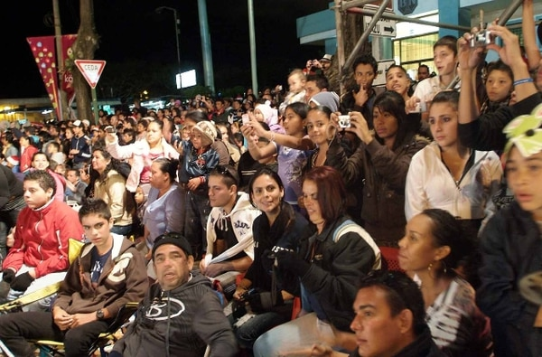 Cada año, cientos de asistentes inundan el Paseo Colón durante el Festival de la Luz. | ARCHIVO.