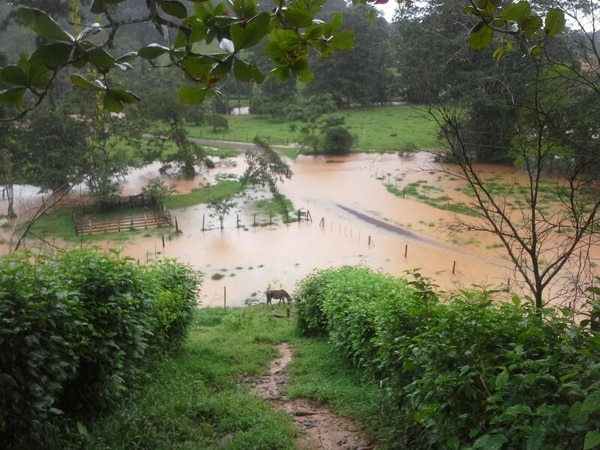 Río San Juan desbordado en el sector de Chorrera.   CARLOS HERNÁNDEZ.