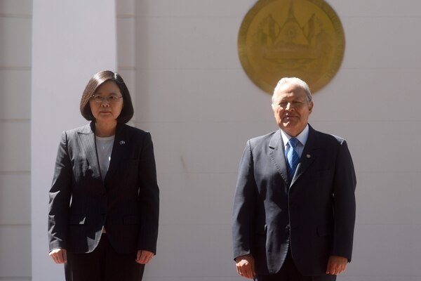 (FILES) In this file picture taken on January 13, 2017 Taiwan's President Tsai Ing-wen (L) is welcomed by Salvadoran President Salvador Sanchez Ceren with a ceremony at the presidential house in San Salvador. - Taiwan announced on August 21, 2018 that it had broken diplomatic ties with El Salvador as it believes the Central American country will establish ties with Beijing. (Photo by Marvin RECINOS / AFP)