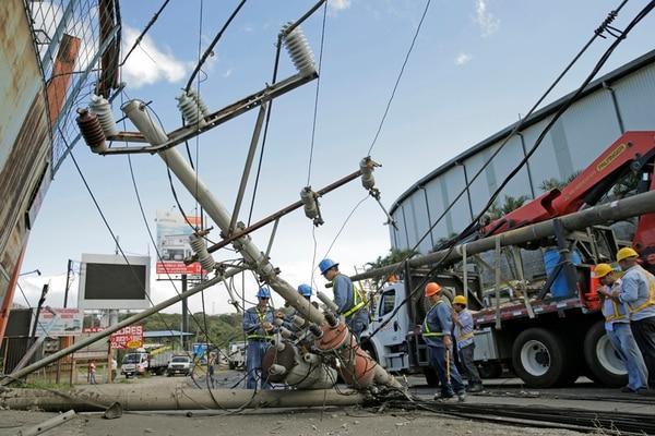 La CNFL es la encargada del abastecimiento de energía a 520.000 abonados de la GAM. Entre sus obligaciones están dar mantenimiento al sistema eléctrico. El pasado 30 de diciembre, empleados de la empresa repararon el daño causado por una vagoneta en La Uruca. | ALBERT MARÍN