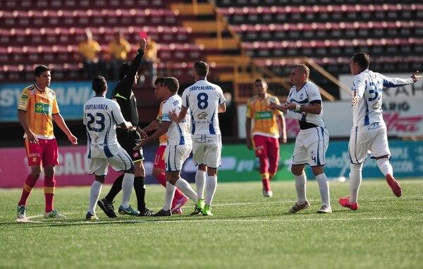 El árbitro Pedro Navarro mostró la roja a Bryan Sánchez antes del primer minuto en el juego entre Herediano y Pérez Zeledón.
