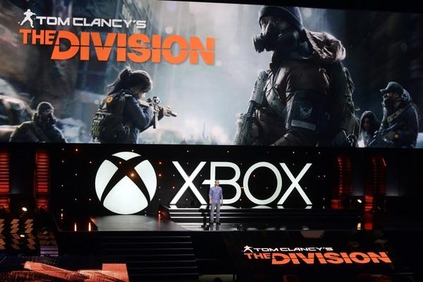 MAN14. LOS ÁNGELES (EE.UU.), 09/06/2014.- Presentación del juego 'The Division' del autor estadounidense Tom Clancy hoy, lunes 9 de junio de 2014, en una conferencia de prensa antes del inicio de la Feria E3 en Los Ángeles (EE.UU.). Microsoft presentó hoy las principales novedades de su catálogo de videojuegos para su consola Xbox de cara la segunda mitad de 2014 y principios de 2015 en un evento celebrado en Los Ángeles un día antes de que abra sus puertas una nueva edición de la feria E3, la más importante del sector. La compañía tecnológica desveló primicias de más de una decena de juegos, la mayoría exclusivos para su plataforma Xbox One, así como una edición de coleccionista de la popular franquicia