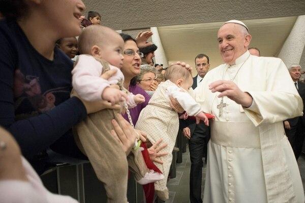 Francisco saludó a varios niños en la ceremonia religiosa de la Sagrada Familia que se llevó a cabo en el Vaticano el pasado 28 de diciembre. A la actividad acudieron unas 7.000 personas. | EFE