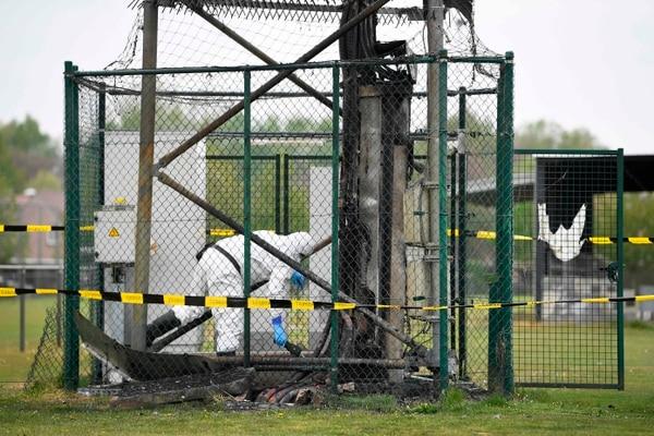 Días atrás, un grupo de personas quemó torres 5G al creer que el nuevo coronavirus se propaga por la red celular. Foto: AFP.