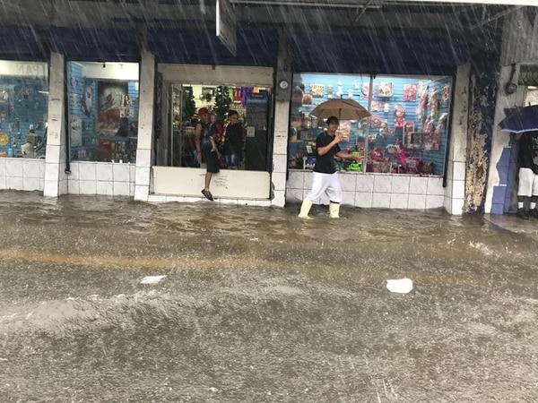 Varios comercios del centro de Puntarenas sufrieron anegamientos luego de que las calles quedaron inundadas por las fuertes lluvias de este jueves. Foto: suministrada por Andrés Garita.