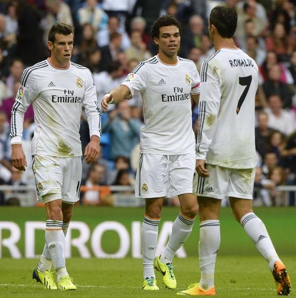 Cristiano Ronaldo festeja con Pepe (centro) y Gareth Bale su gol 15. | AFP