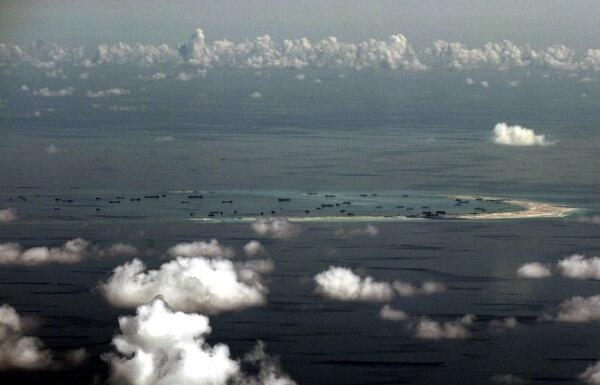 Fotografía de archivo tomada el 11 de mayo de 2015 que muestra una vista aérea de unas supuestas islas artificiales construidas por China en las aguas disputadas al sur del Mar de China al oeste de Palawan (Filipinas).