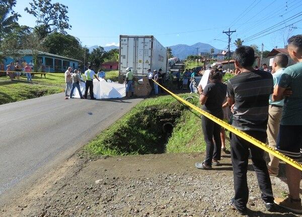 Una motocicleta colisionó contra la carreta de un tráiler que estaba varado, en Aguas Zarcas, San Carlos. El conductor, quien llevaba el casco en la mano, cayó y otro camión lo atropelló. | ÉDGAR CHINCHILLA