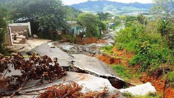 Las grietas enormes a lo largo de 100 metros de la vía son un peligro para los vecinos de Calle Camacho en El Guarco. Foto:Keyna Calderón