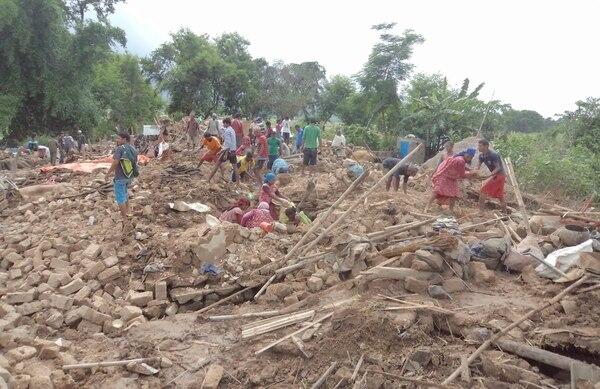 Víctimas recogen sus pertenencias después de la inundación que arrasó con sus casas en la aldea de Motipur en Nepal oriental