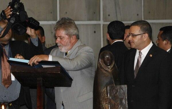 El Presidente Luis Inácio Lula da Silva (izquierda) junto al entonces presidente de El Salvador, Mauricio Funes, durante una visita que hizo el primero en febrero del 2010.