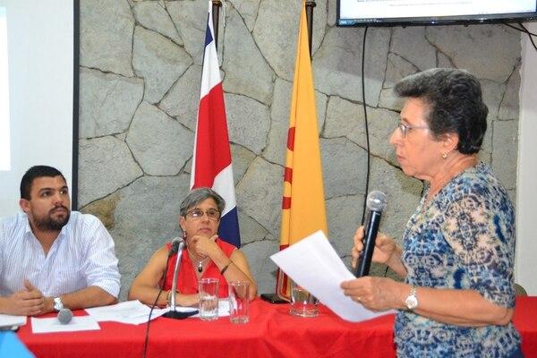 El secretario general del PAC, Eduardo Solano, y la presidenta, Margarita Bolaños, escucharon este sábado a la exdiputada Sadie Bravo, asambleísta, durante el debate sobre el cronograma electoral interno del partido.