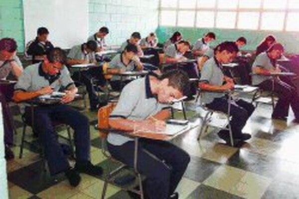 Imagen de archivo del Colegio Mexico donde estudiantes realizaron el examen de bachillerato de Matemática, en primer plano Alejandro Rocha Bermudez