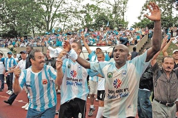 Con el veloz delantero Bernard Mullins (derecha) como protagonista, la UCR ganó el ascenso a Primera División en el 2007. | ARCHIVO