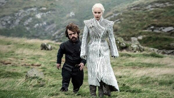 Tyrion (Peter Dinklage) admira el traje invernal de Daenerys (Emilia Clarke)