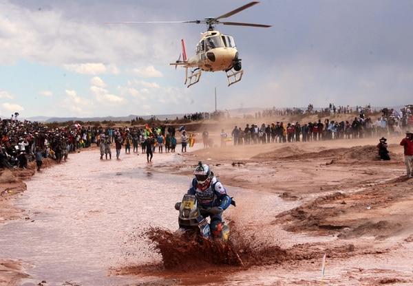 El piloto francés Alain Duclos compite durante la sétima etapa del Dakar, la cual se disputó ayer entre Argentina y Bolivia, país que por primera vez recibió al rali Dakar, que llegó a Sudamérica en el 2009.   EFE