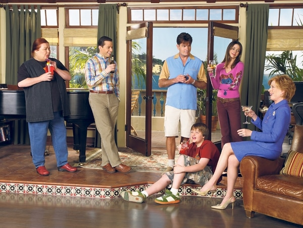 El ensamble de Two and Half Men es uno de los mejores de todos los tiempos, con Charlie Sheen a la cabeza. La serie duró 12 temporadas.   WARNER CHANNEL PARA LA NACIÓN