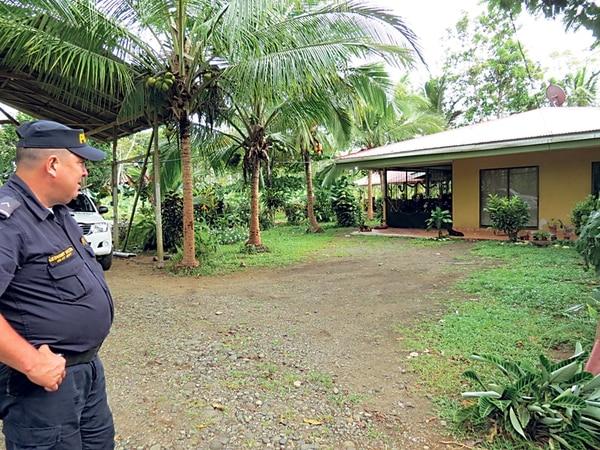 La Fuerza Pública custodiaba, este lunes, la casa en la que vivía la víctima con su esposa, en La Fortuna de San Carlos. | CARLOS HERNÁNDEZ.