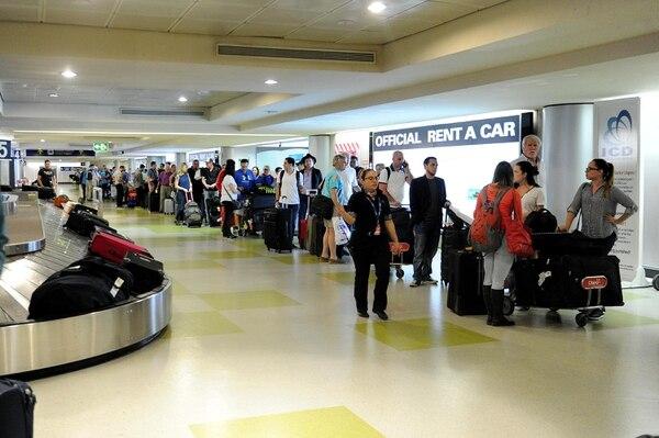 16/02/2018. Alajuela, Aeropuerto Juan Santamaría. Cientos de personas hacían fila en el área de retiro de equipaje, a la espera de pasar la revisión de aduanas. Fotos Melissa Fernández