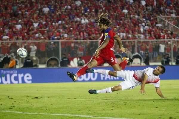 Román Torres le ganó por fuerza a Kenner Gutiérrez y anotó el gol de la victoria de Panamá.