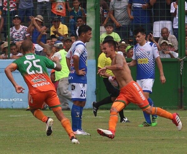 Diego Sánchez (sin camisa) está a préstamo en el Siquinala de Guatemala.