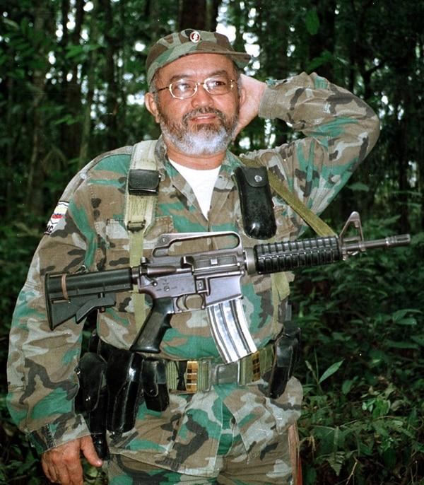 Raúl Reyes, quien era el número 2 de las FARC, fotografiado el 14 de agosto del 2003 en la jungla colombiana.   ARCHIVO/AFP
