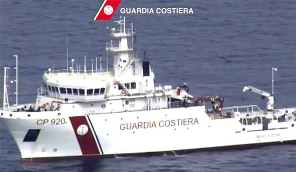 Un guardacostas italiano durante las operaciones de rescate. Un barco con cientos de inmigrantes procedentes de la costa de Libia naufragó. Unas 28 personas fueron rescatadas y 24 cadáveres.