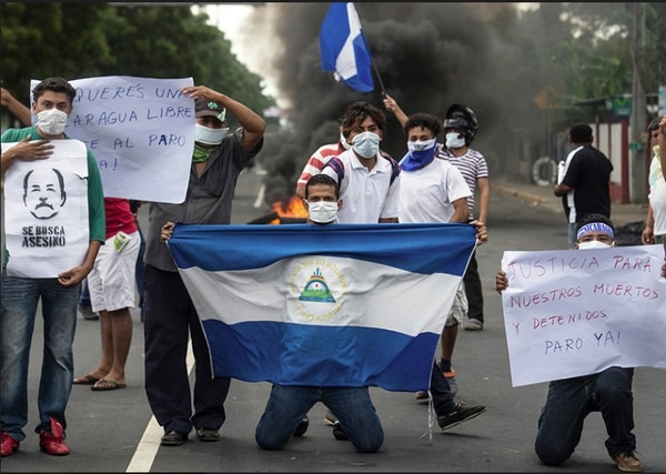 El reportero gráfico Jader Flores retrató, en primera fila, la agresión perpetrada contra los universitarios en las protestas. Fotografía: Cortesía Fundación Violeta Barrios de Chamorro