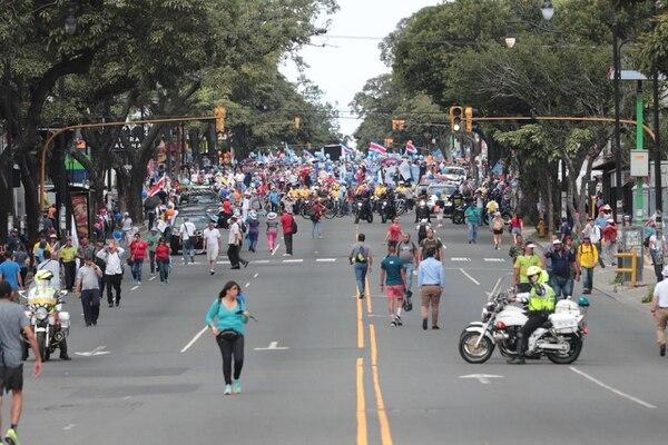 Se inicia caminata de huelguistas desde la estatua de León Cortés. Alonso Tenorio