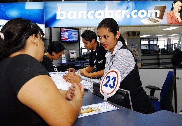 Angélica Fernández es atendida por por María Fernanda Solís en el Banco de Costa Rica. Actualmente solo este banco, el Nacional y Bancrédito tienen plena garantía del Estado.