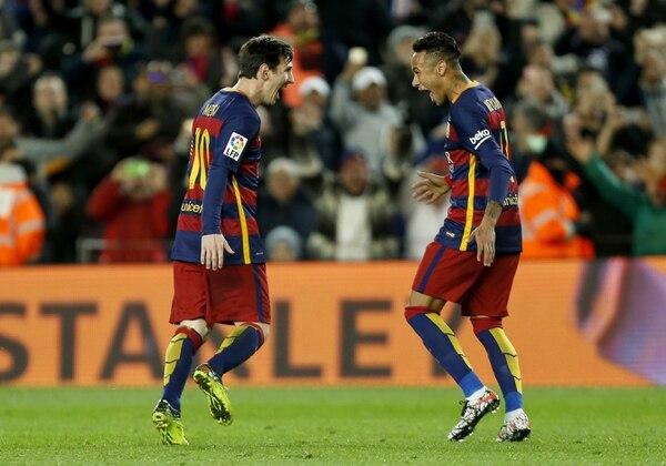 Lionel Messi celebra su anotación con Neymar ante el Sevilla.