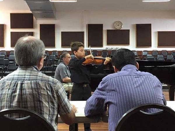Marlon Barrios, violinista de 12 años, en la audición que lo llevó a ser uno de los nueve ganadores del Concurso Jóvenes Solistas 2015.