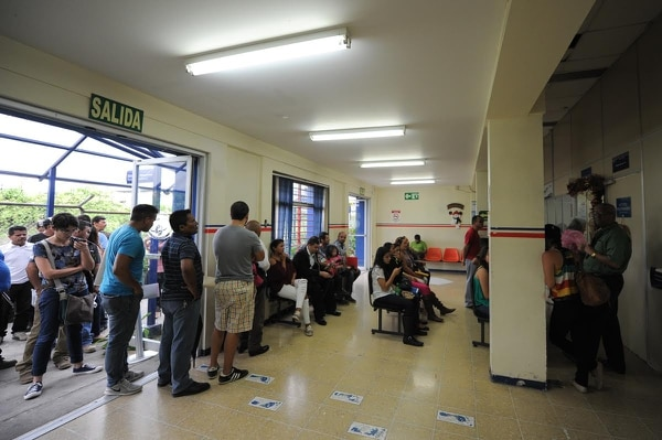 Usuarios encontraron largas filas este jueves en las oficinas para renovar o pedir pasaporte por primera vez.