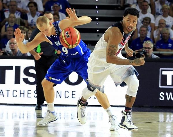 Derrick Rose (der.) intenta controlar el balón ante el escolta de Finlandia Sasu Salin durante el partido que ganó Estados Unidos en el Mundial de Baloncesto.