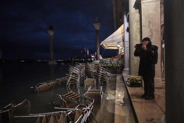 La terraza de un café en Venecia, anegada por la 'aqua alta', este martes 12 de noviembre del 2019.